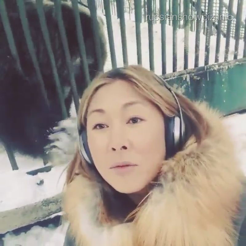 Анита Цой у клетки с медведем