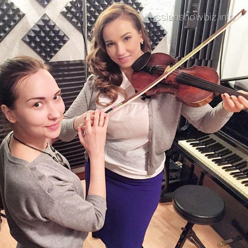 Анфиса Чехова учится играть на скрипке