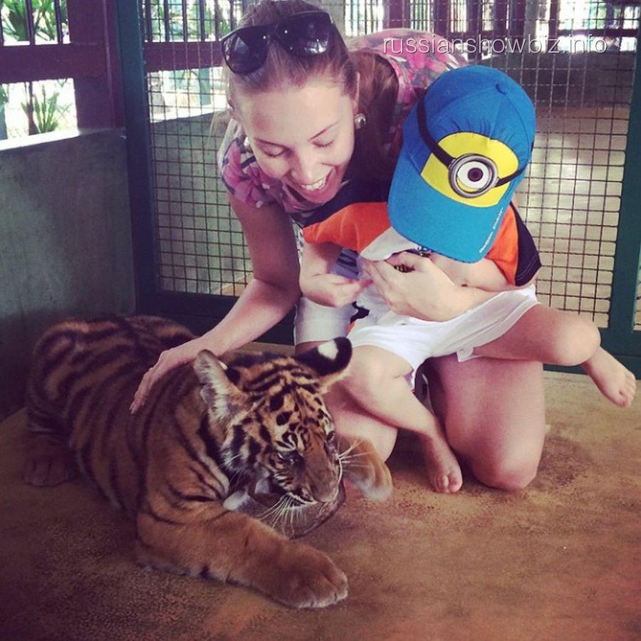 Полина Диброва с сыном в клетке с тиграми