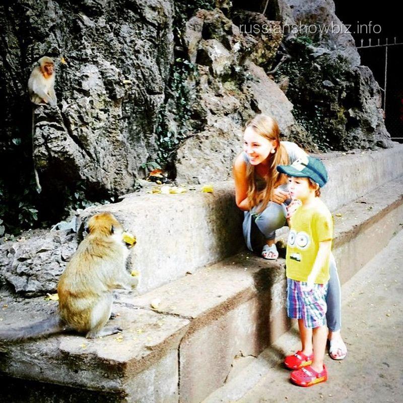Полина Диброва с сыном в Храме обезьян