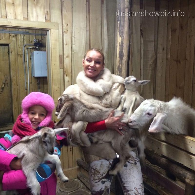 Анастасия Волочкова с дочкой Аришей и козлятами