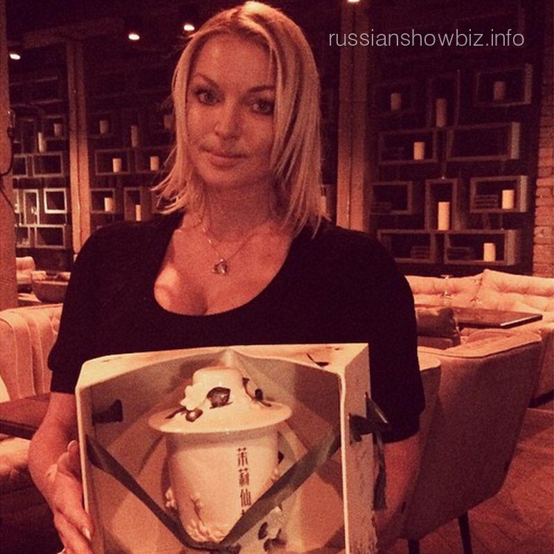 Анастасия Волочкова с подарком невесты