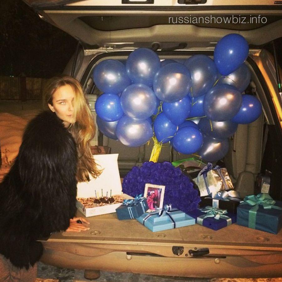 Стефания Маликова с подарками для подруги