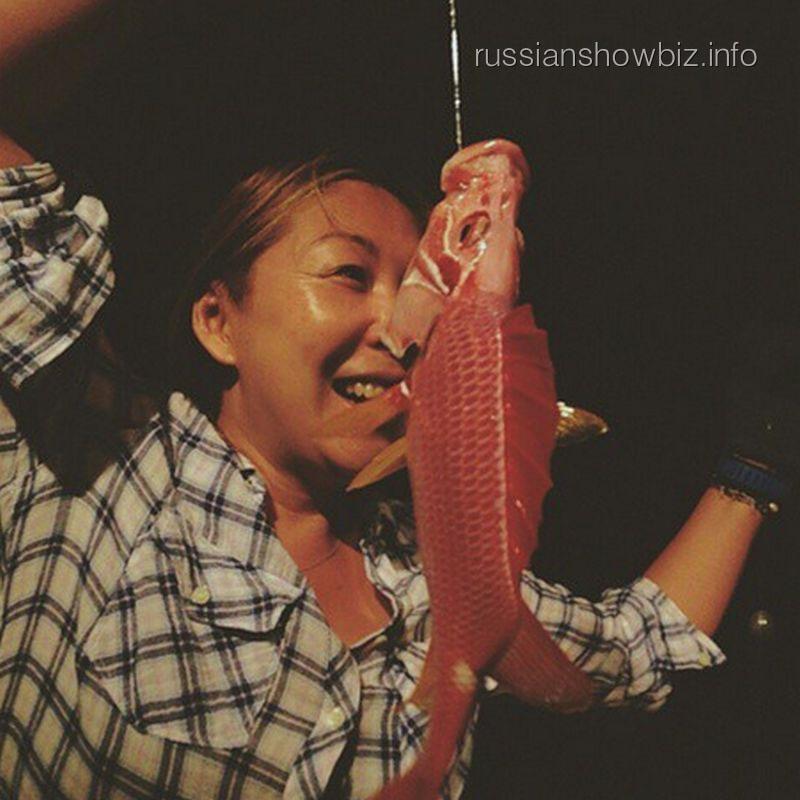 Анита Цой с уловом