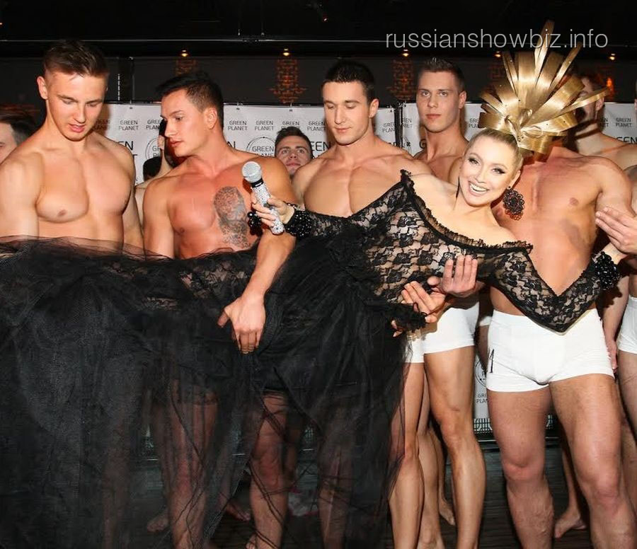Лена Ленина с финалистами конкурса красоты