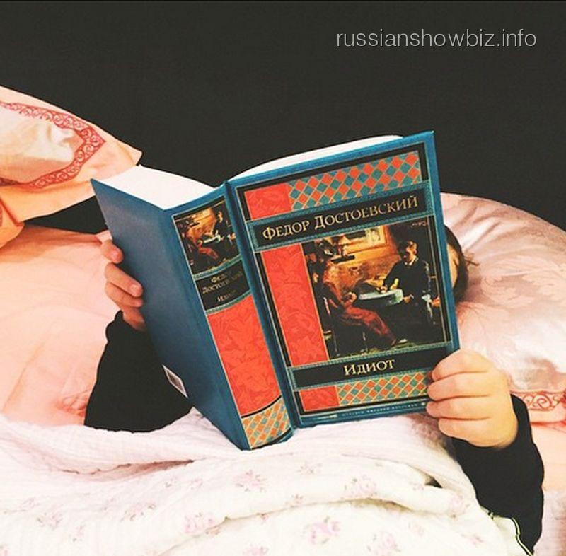 Сын Алены Водонаевой читает Достоевского