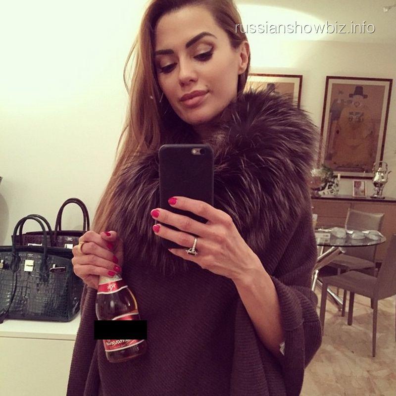 Виктория Боня с бутылкой пива