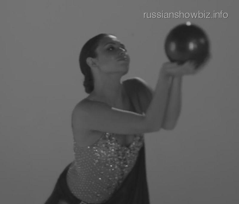 Ляйсан Утяшева в клипе Елки