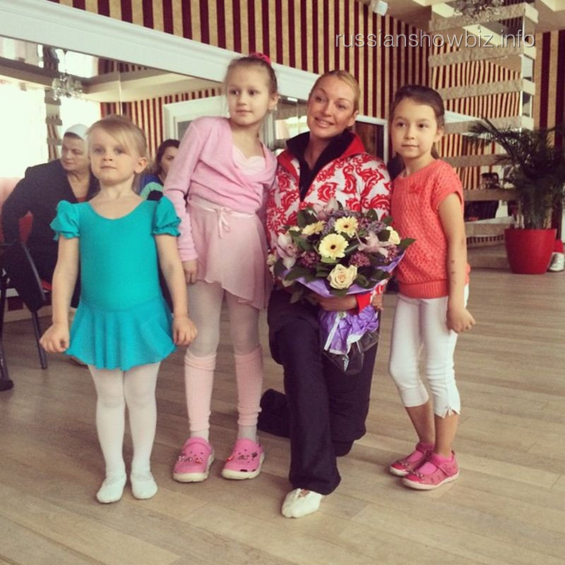 Анастасия Волочкова с детьми на открытии своей школы