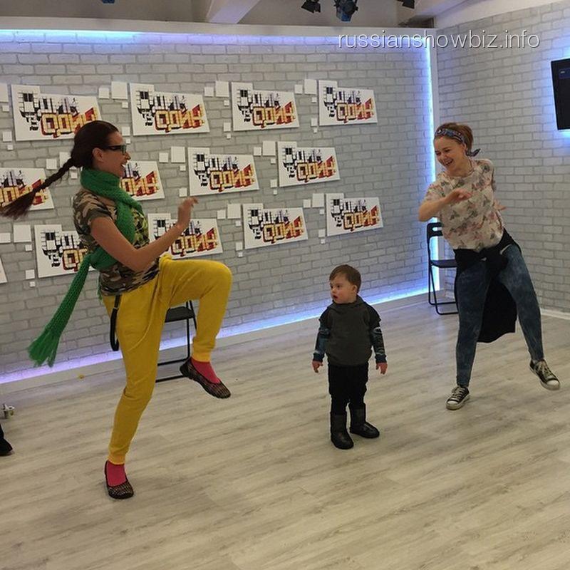 Эвелина Бледанс с сыном на репетиции