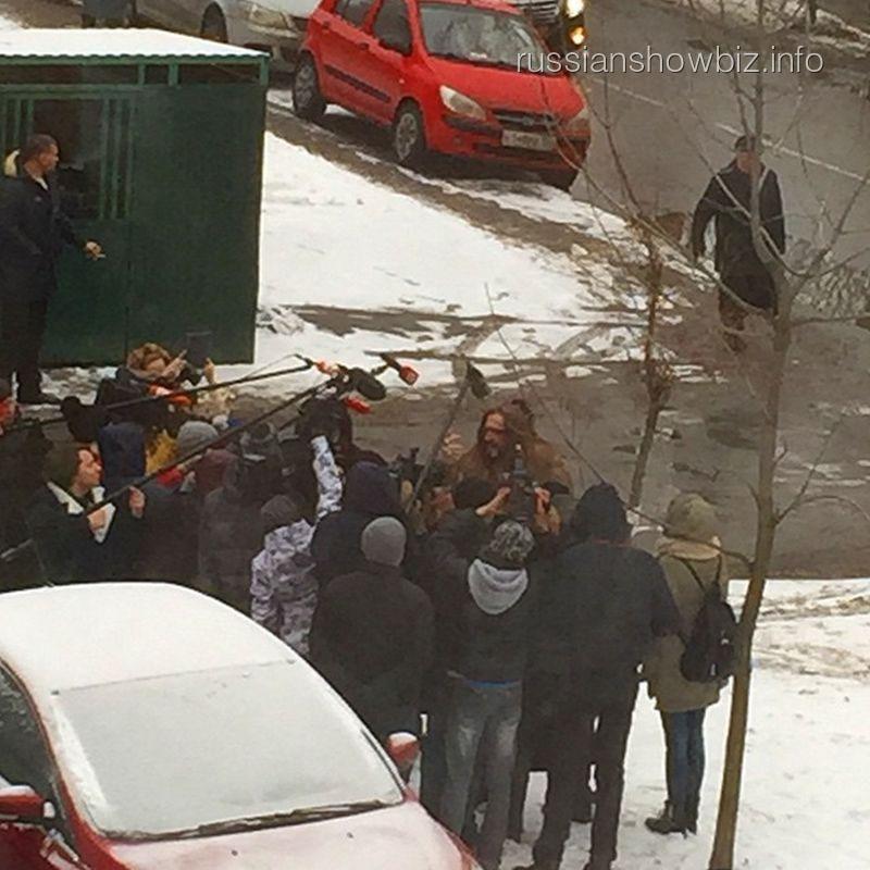 Никита Джигурда с сжурналистами перед зданием суда
