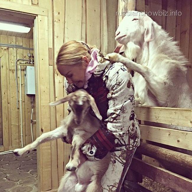 Барик делает массаж Анастасии Волочковой