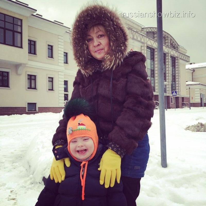 Свекровь Эвелины Бледанс с внуком