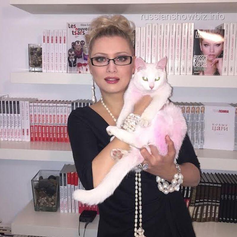 Лена Ленина с розовой кошечкой