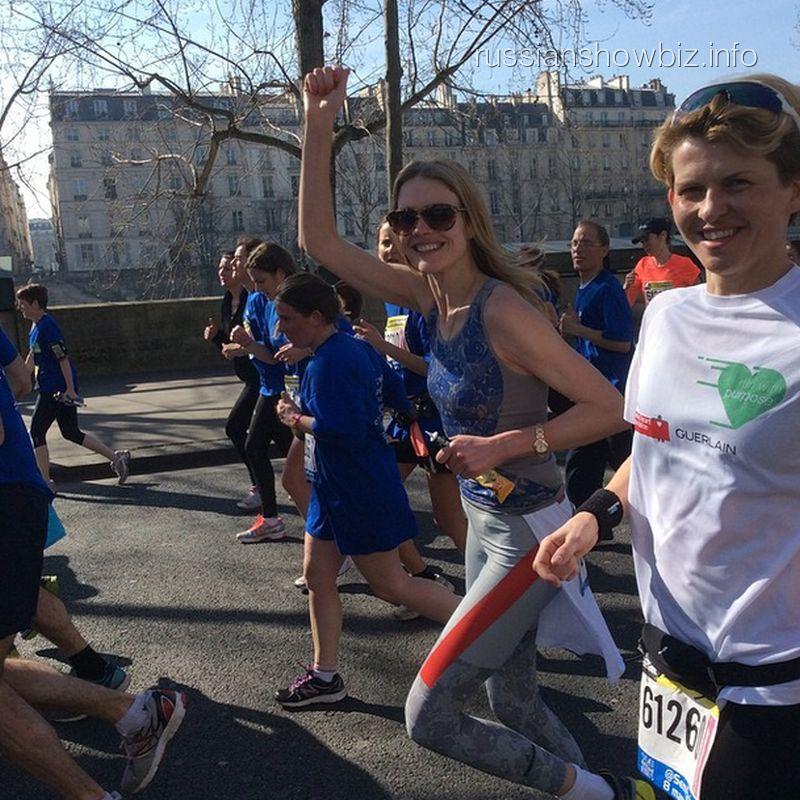 Наталья Водянова в парижском марафоне