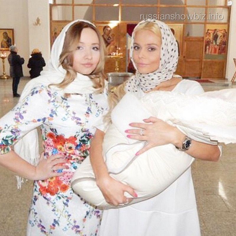 Ксения Новикова с сестрой и ее дочкой