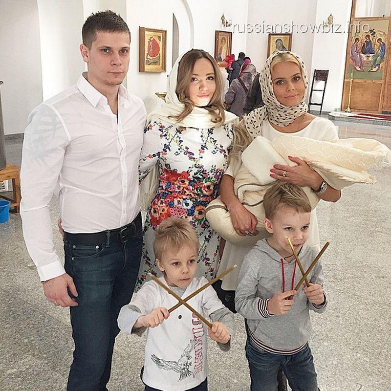 Ксения Новикова с крестницей и сыновьями