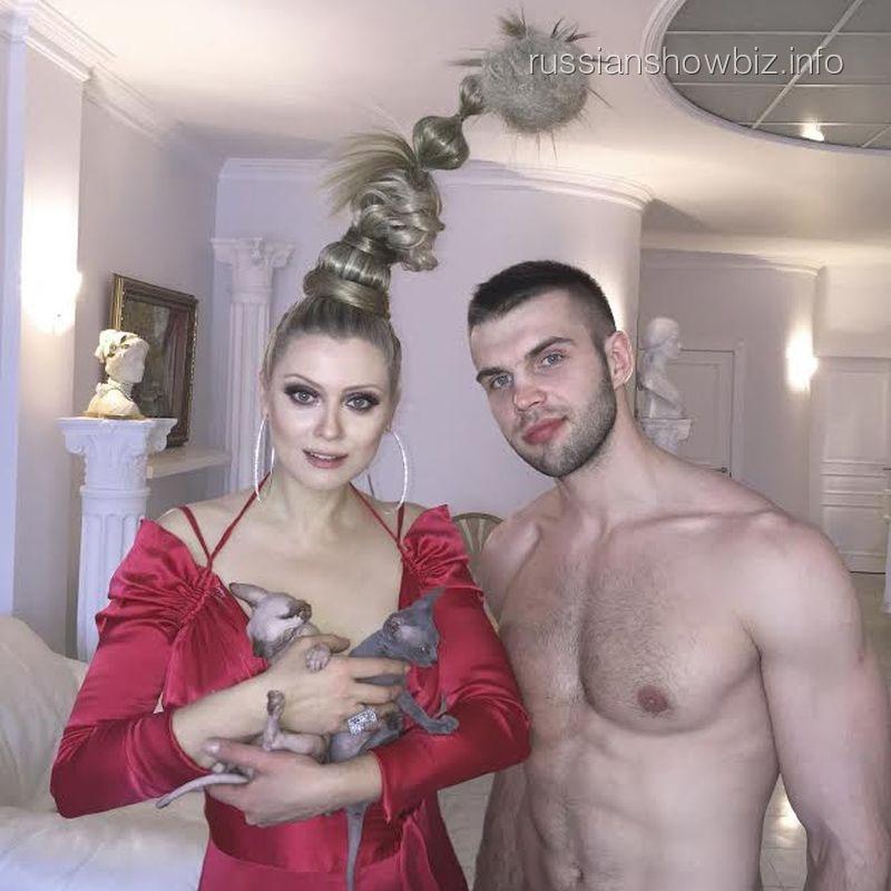 Лена Ленина с кошками и партнером по клипу