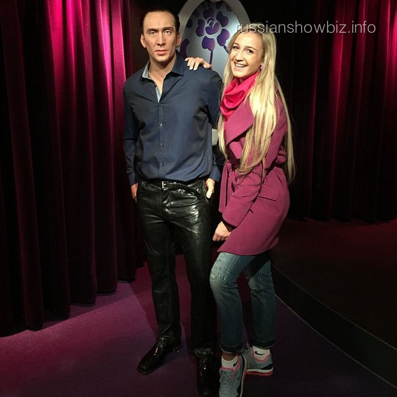 Ольга Бузова с фигурой Николаса Кейджа