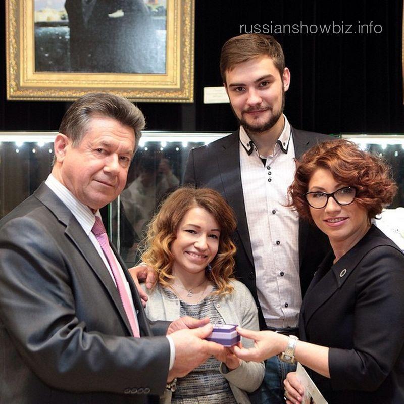 Роза Сябитова с дочерью Ксенией и будущим зятем Андреем