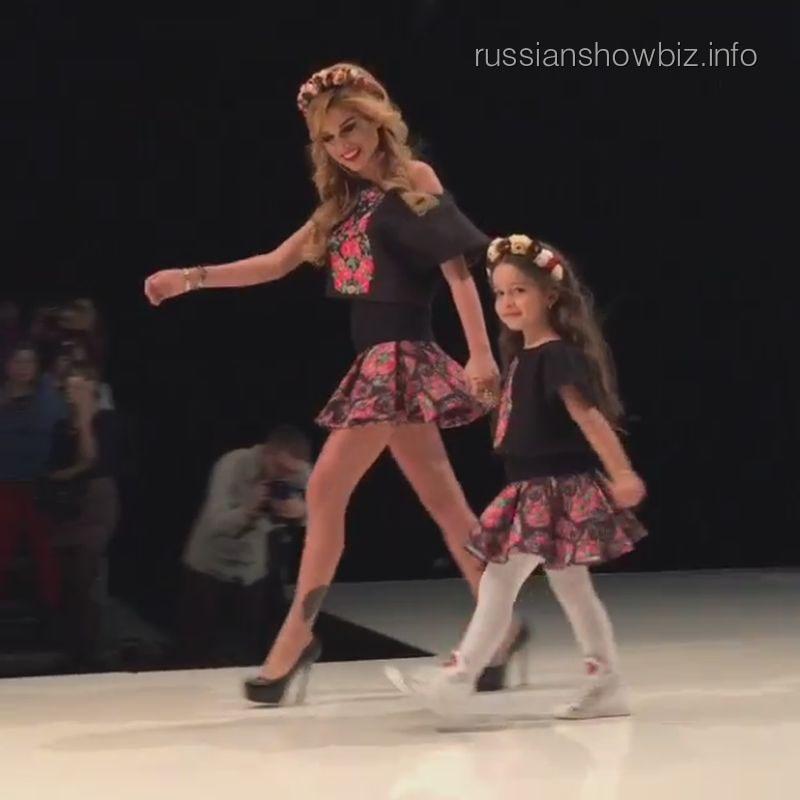 Ксения Бородина с дочкой на модном показе