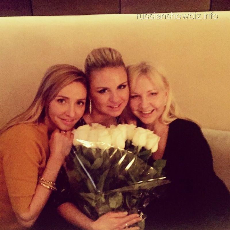Анна Семенович с подругами