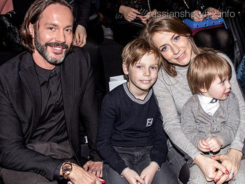 Юлия Барановская с детьми и спутником на Неделе моды