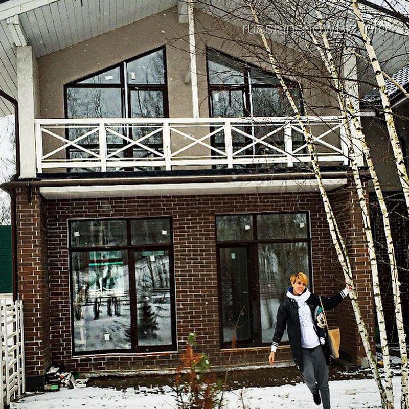 Татьяна Терешина возле нового дома