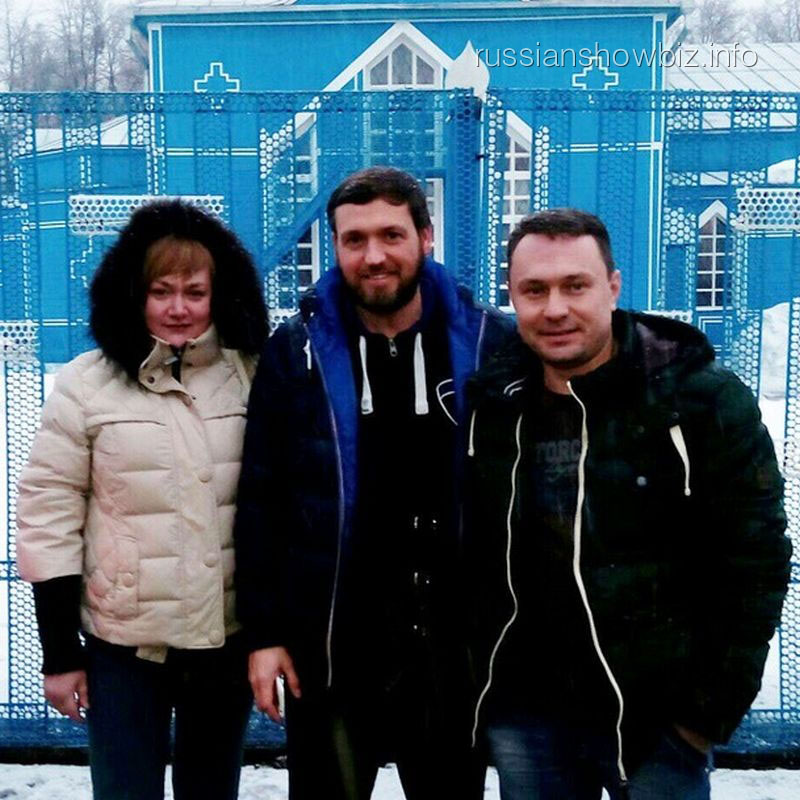 Брат Виктории Макарской (справа) у храма