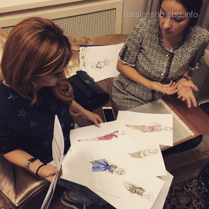 Ксения Бородина выбирает эскизы платьев