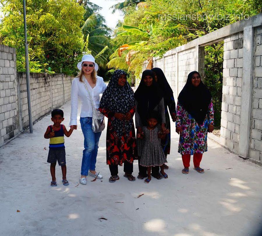 Лена Ленина с жителями Мальдив