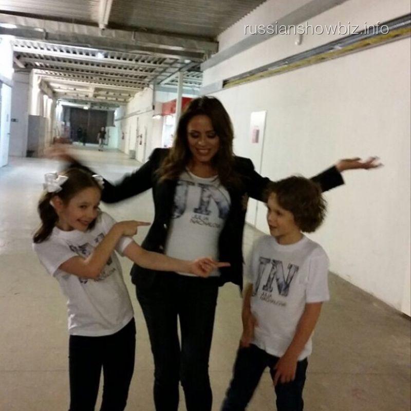 Юлия Началова и ее дочь с партнером по клипу