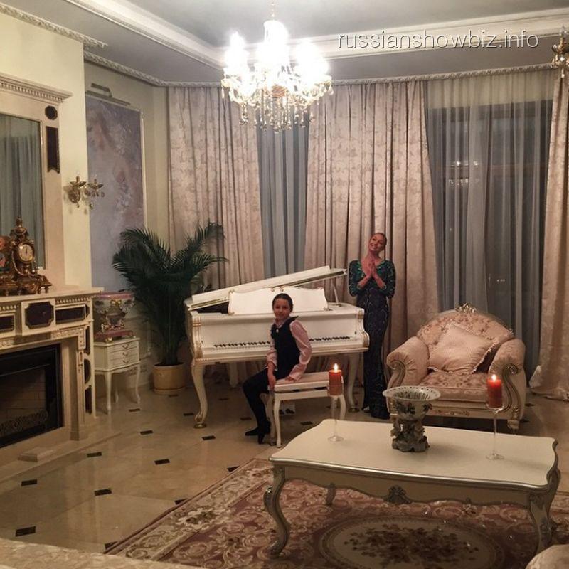 Анастасия Волочкова с дочкой Аришей в новом доме