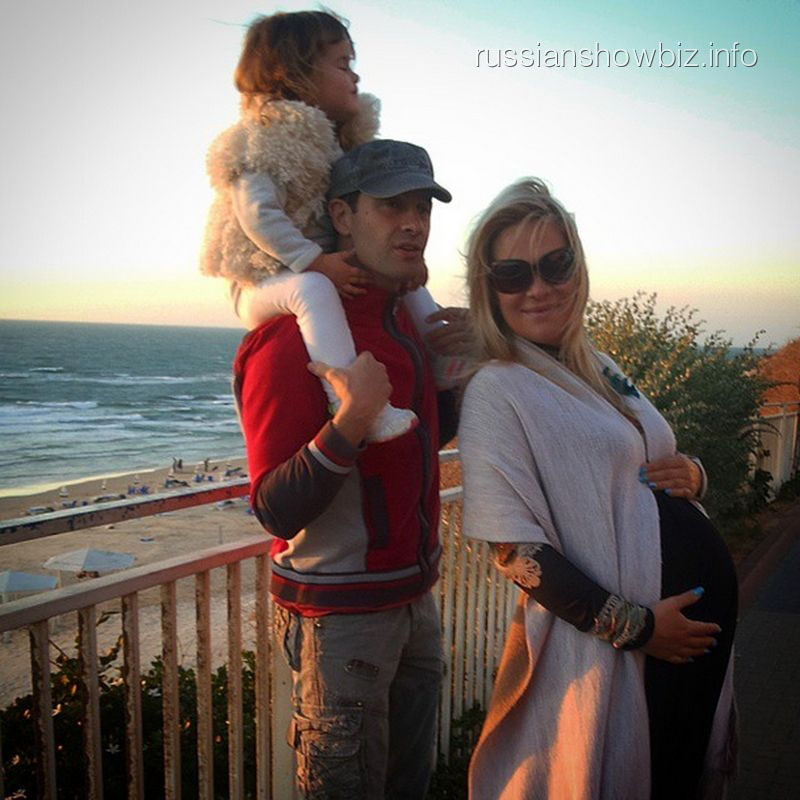 Антон и Виктория Макарские с дочкой