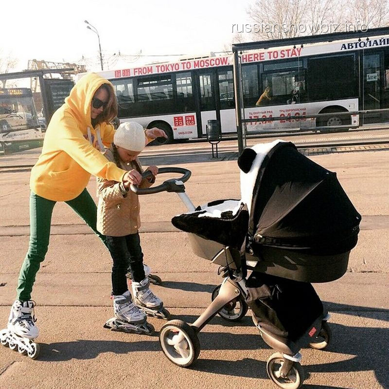 Певица МакSим с дочками на прогулке