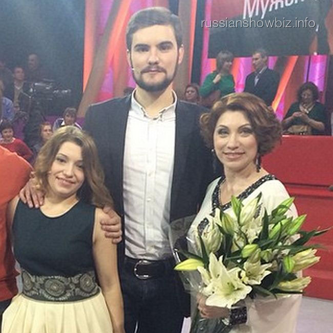 Роза Сябитова с дочерью и будущим зятем