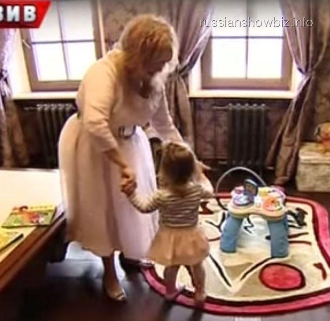 Алла Пугачева с дочкой Лизой (кадр из передачи НТВ)