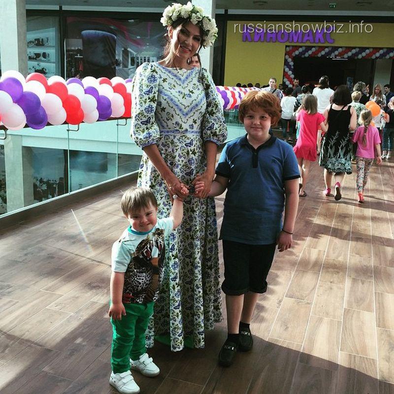 Эвелина Бледанс с сыном и крестным