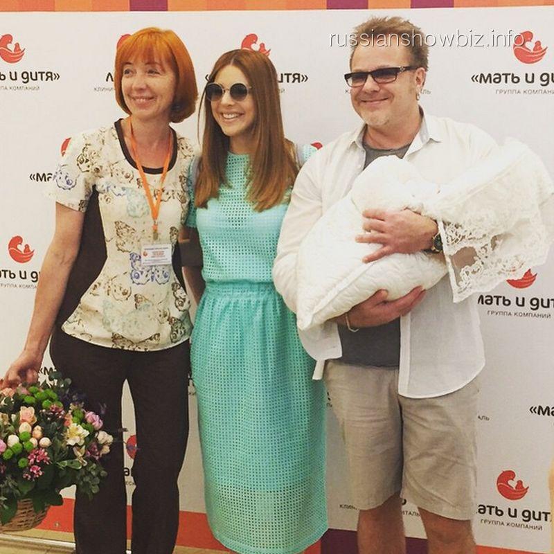 Акушер Татьяна Алексеева, Наталья Подольская и Владимир Пресняков с сыном