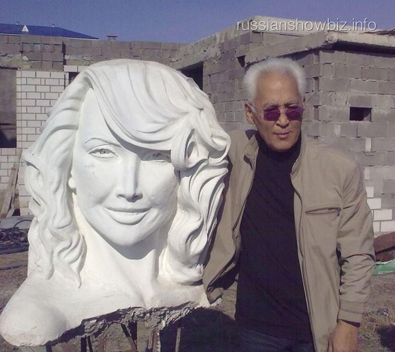 Скульптор Гамал Сагиденов со статуей Жанне Фриске