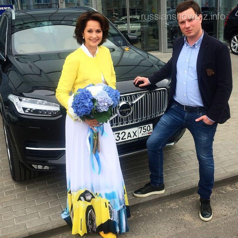 Ольга Кабо возле нового авто