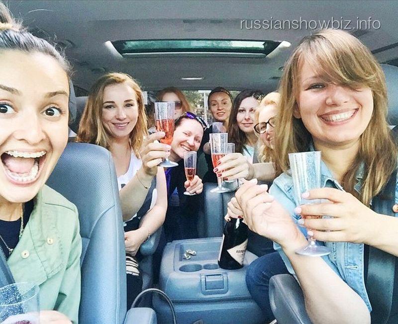 Анфиса Чехова с подругами