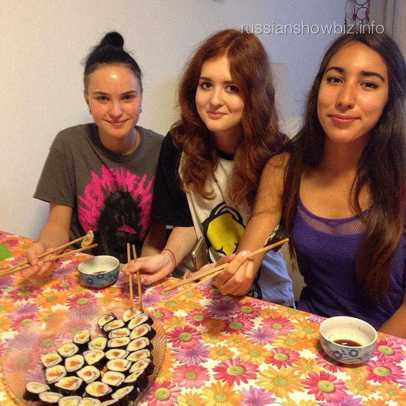 Дочь Ларисы Гузеевой с подругами