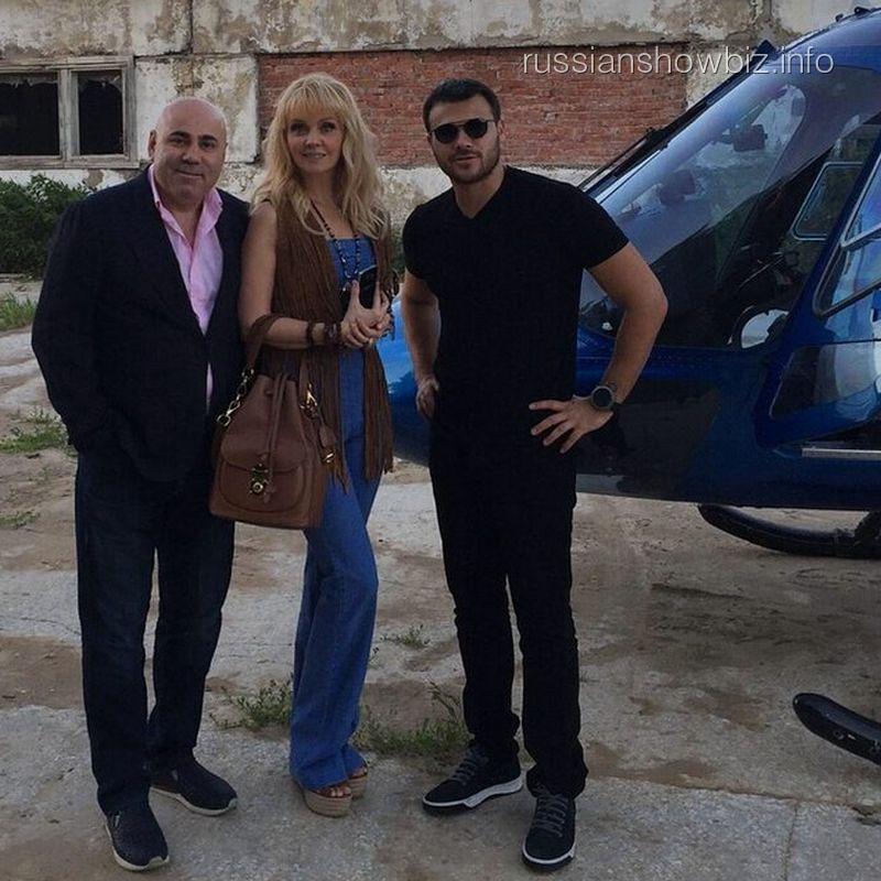 Иосиф Пригожин, Валерия и Эмин Агаларов возле коровника