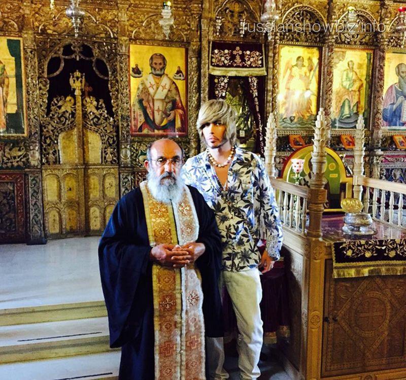 Сергей Зверев с батюшкой в кипрском храме