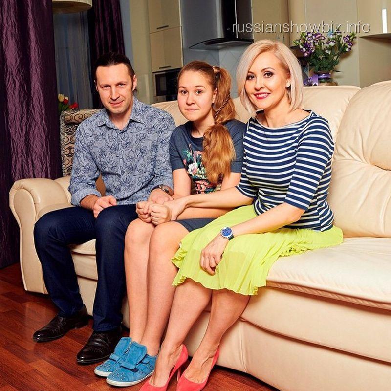 Василиса Володина с мужем и дочерью