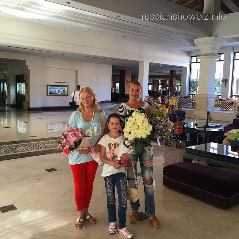 Анастасия Волочкова с семьей