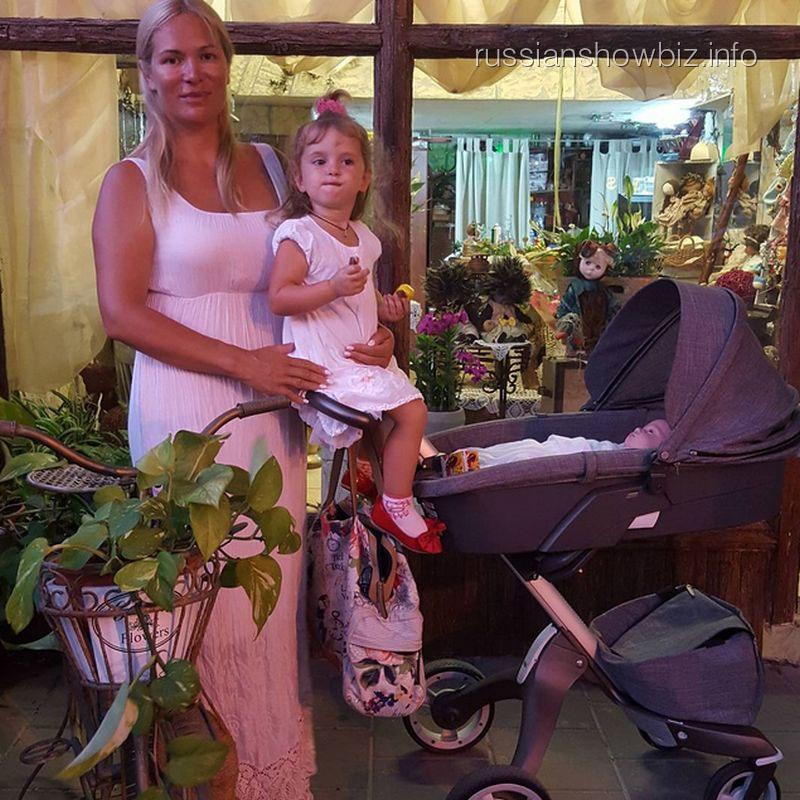 Виктория Макарская с дочкой