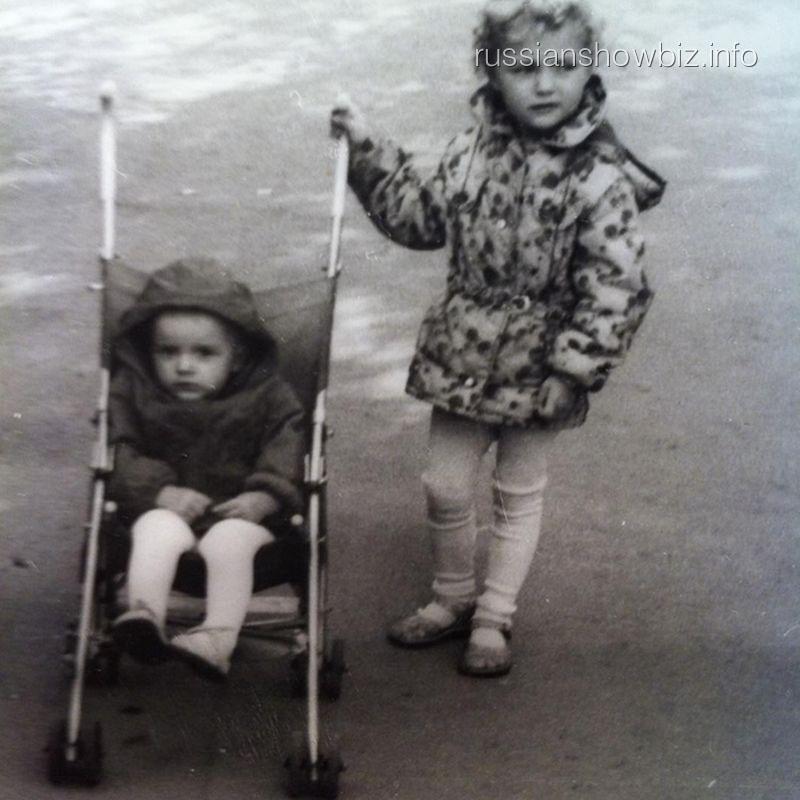 Слава с сестрой в детстве