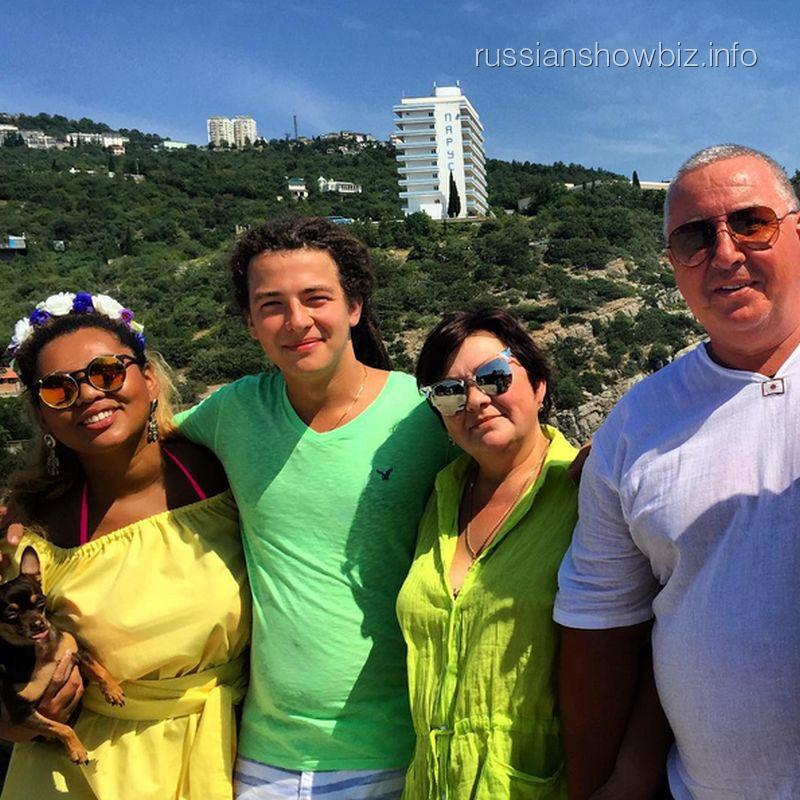 Корнелия Манго с возлюбленным и его родителями
